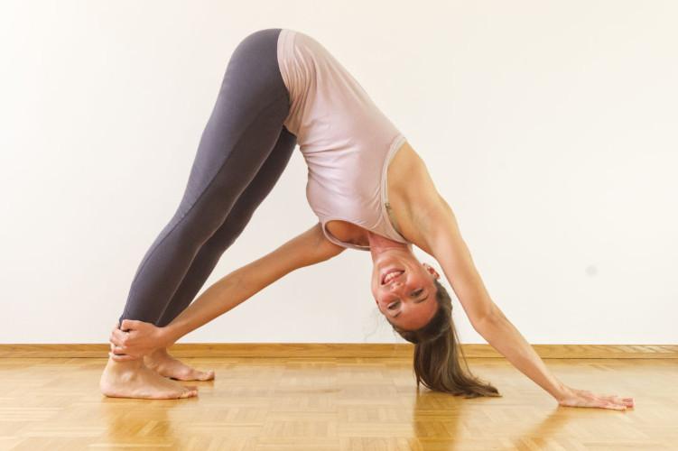 Personal-Yoga-Berlin_Team_Yamina V._Parivritta Urdhva Mukha Svanasana